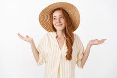 Keine große Sache Porträt der sorglosen optimistischen reizend Art weiblich mit dem Ingwerhaar und -Sommersprossen im netten Stro lizenzfreies stockfoto