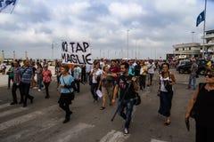 Keine Hahnprotestierender mit Flaggen Stockfotos