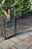 Keine Hunde, die keine Fahrräder am Eingang zu einem öffentlichen Bereich unterzeichnen lizenzfreies stockbild
