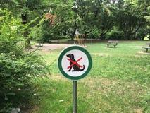 Keine Hunde erlaubten Zeichen auf dem Eintritt des leeren Kinderspielplatzes Stockfotografie