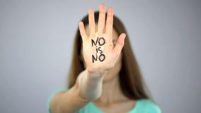 Keine ist keine Aufschrift auf der Hand der Frau, Gewalttätigkeit gegen Frauenverhinderung, Gleichheit lizenzfreies stockbild
