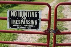 Keine Jagd oder übertretendes Zeichen auf verschlossenem Tor Stockfotografie