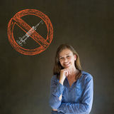 Keine lächelnde Hand der Drogenfrau auf Kinn auf Tafelhintergrund Stockfotos