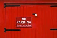 Keine Parken-rote Garage-Tür Lizenzfreie Stockfotos