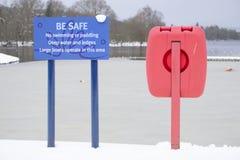 Keine Schwimmen oder Schaufeln des Warnschildes des tiefen Wassers und der roten Bojenringlebenabwehr Lizenzfreie Stockfotos