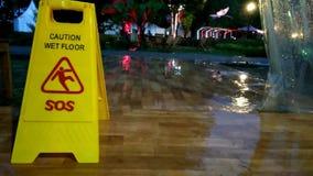 Keine solide Gesamtlänge, stehendes nass Zeichen der gelben Vorsicht, während regnerischer Tag stock video footage