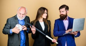 Keine Zeit zu warten digitaler Sport businesspeople Traumteam bärtiger Mann mit Laptop und Wecker reife Männer und sexy stockbild