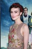 Keira Knightley kommt in an   Stockbilder
