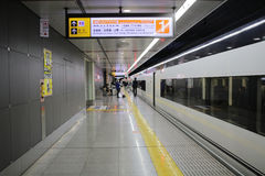 Keisei Skyliner attend des passagers sur le terminal d'Ueno Photos libres de droits
