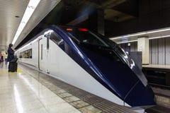 Keisei Skyliner wartet auf Passagiere an Ueno-Anschluss Stockbild