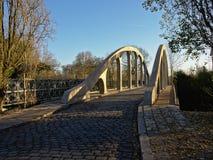 Keiweg over oude gebonden boogbrug in Drongen, Vlaanderen stock afbeelding