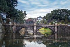 Keizerpaleis van Japan met mooie brug en waterbezinning Stock Foto