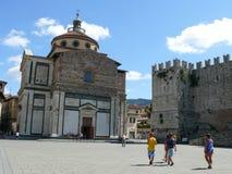 Kejsare rockerar och Santa Maria den delleCarceri kyrkan i Prato Arkivfoto
