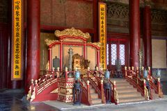Kejsarens biskopsstol i Hall Of Preserving Harmony In Forbiddenet City i Peking, Kina Arkivbilder