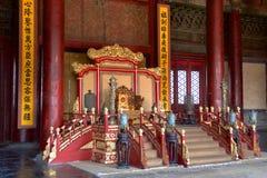 Kejsarens biskopsstol i Hall Of Preserving Harmony In Forbiddenet City i Peking, Kina arkivbilder