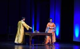 Kejsarens kejsarinnor för sorg-död festmåltid-moderna drama i slotten Arkivbild
