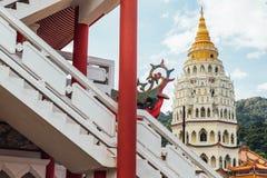 Kek Lok Si寺庙的塔是佛教寺庙在槟榔岛,并且是其中一个在海岛上的最响誉的寺庙 免版税库存照片