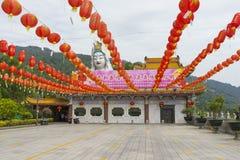 Kek Lok Si świątynia dekorował z czerwonymi papierowymi lampionami w Penang wyspie, Malezja fotografia royalty free
