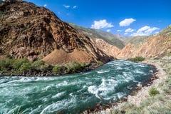 Kekemeren-Fluss in Tien Shan-Bergen, Kirgisistan Lizenzfreie Stockfotos