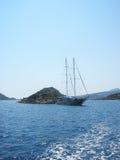 Kekova,土耳其- 2012年8月14日:Kekova 在岩石岸附近的风船 免版税图库摄影