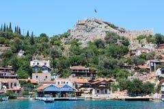 Kekova, Turquie 2 juin 2017 : Côte de l'île en mer Méditerranée, village pittoresque moderne avec les ruines Photo stock