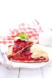 Keks mit den Erdbeeren verziert mit tadellosem Blatt stockbilder
