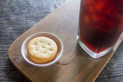 Keks mit Eiskaffee auf Tabelle Stockbild