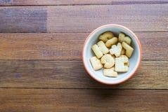 Keks in weniger Schale Stockbild