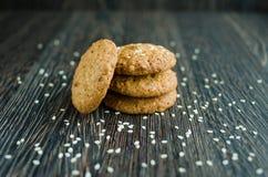 Kekse auf Getreide und indischem Sesam Stockfotografie