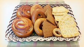 Kekse, Bagel, Rollen in einem Korb auf dem Tisch stockfoto