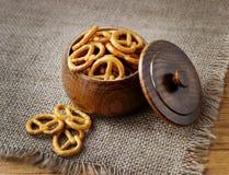 Kekse in einer Holzkiste Stockbild
