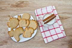 Kekse, Milch und Zimt Stockbild