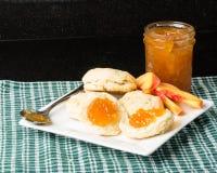 Kekse mit Glas Pfirsichmarmelade Stockbild