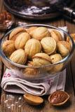 Kekse mit Kondensmilch in einer transparenten Platte Lizenzfreies Stockfoto