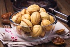 Kekse mit Kondensmilch in einer transparenten Platte Stockbild