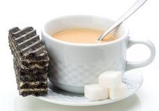 Kekse mit schwarzem Tasse Kaffee mit Milch lizenzfreie stockbilder