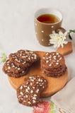 Kekse mit Tee auf dem Tisch Lizenzfreie Stockfotografie