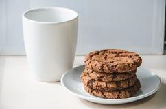 Kekse und eine Tasse Tee stockfoto