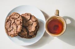 Kekse und eine Tasse Tee lizenzfreie stockfotografie