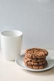 Kekse und eine Tasse Tee stockfotos