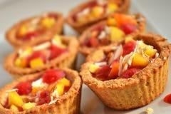Kekskörbe mit Frucht Stockfotos
