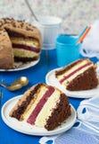 Kekskuchen mit Vanille- und Schokoladencreme und Kirsche gelieren Stockfoto