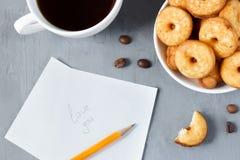 Keksplätzchen auf der Platte Stockfotografie
