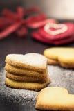 Keksplätzchen in Form des Herzens als Symbol der Liebe Lizenzfreie Stockfotos