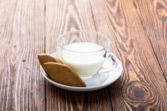 Keksplätzchen und Schale Milch Lizenzfreie Stockfotografie