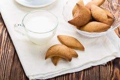 Keksplätzchen und Schale Milch Stockfotografie