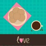 Keksplätzchencracker auf der Platte und dem Tasse Kaffee. Liebeskarte Lizenzfreie Stockfotografie