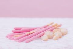 Keksstöcke bedeckt in Erdbeerschokolade flavoredand maca Lizenzfreie Stockfotografie