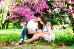 Kela par förbunden förälskelse förbunden förälskelse Förälskelsekram Förälskelsekyss Fokus på cirkeln arkivfoton