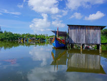 Kelantan am 12. September 2016: Boot und blauer Himmel in Kelantan Malaysia Lizenzfreie Stockfotos